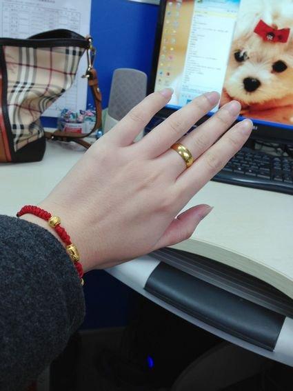 带着妈妈给的老式的铜鼓金戒指