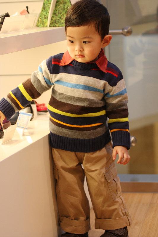 三亚/先秀麦的小毛衣和红衬衫和米色裤子的搭配。