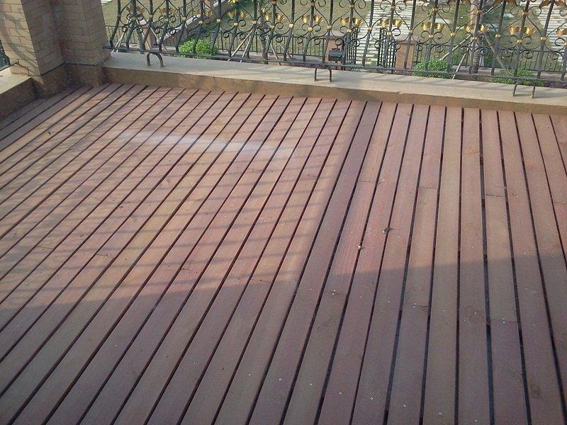 阳台铺设的防腐木感觉还不错