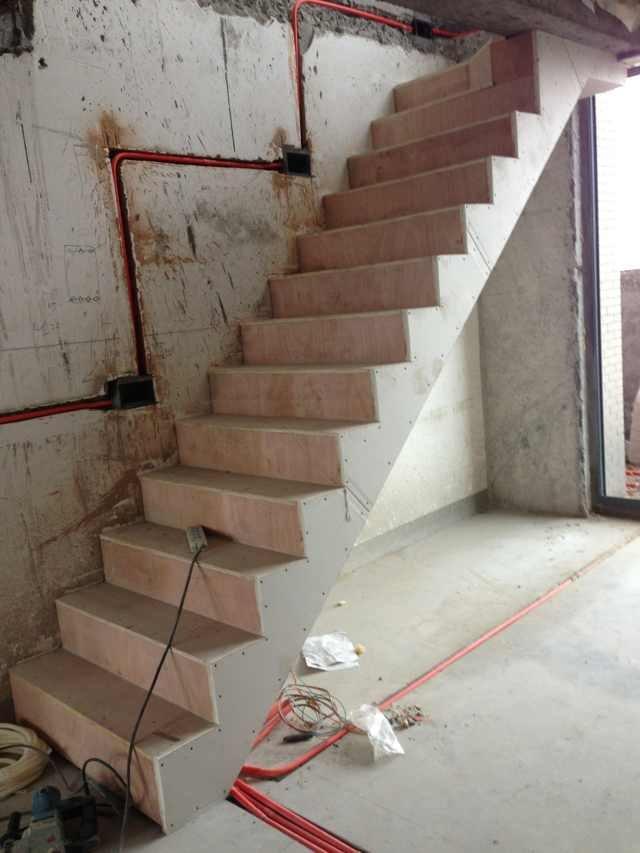 楼梯钢结构和多层板踏板也顺利安装完毕