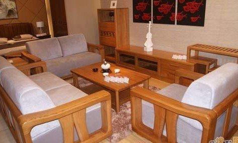 慕月的实木家具,颜色较浅