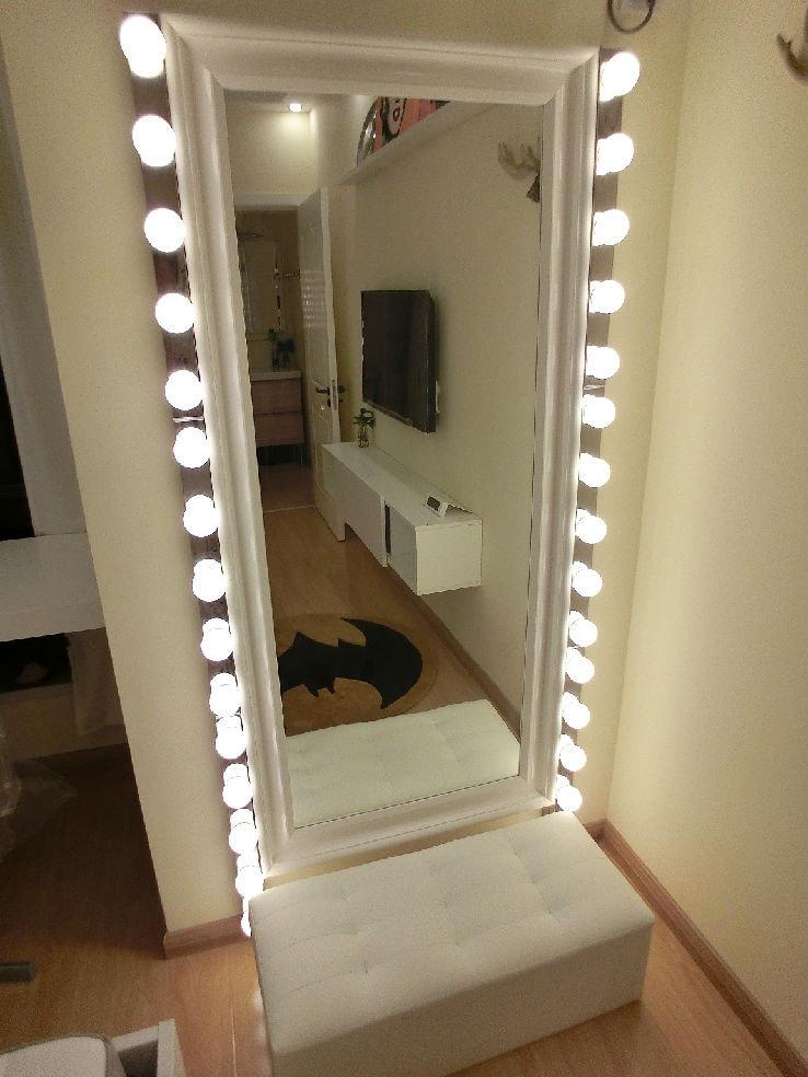 全身镜旁边镶了6组灯
