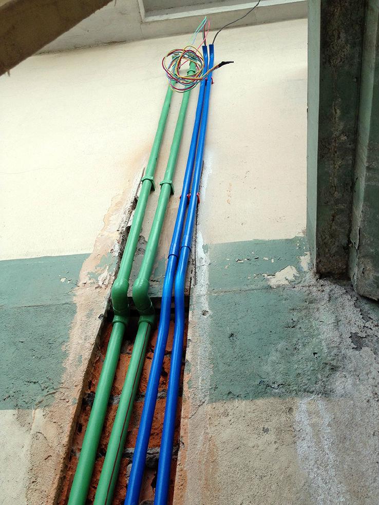 乐杰/通向楼顶的太阳能热水器管道+控制线和电源线。...
