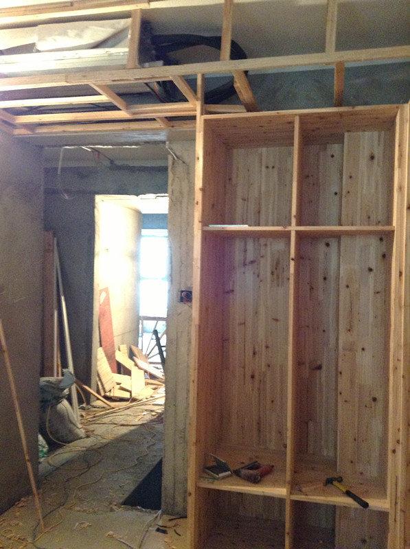儿童房衣柜框架和中央空调的吊顶也搭好了