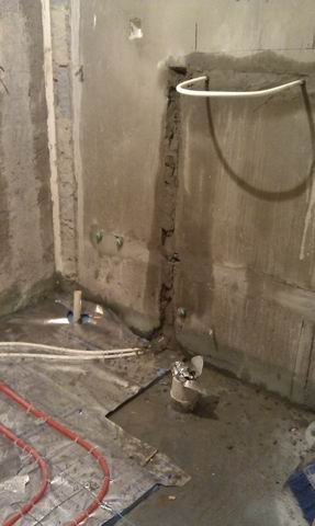 厕所里加了一路毛巾架管子(白色).淋浴房和马桶附近不铺设地暖管.