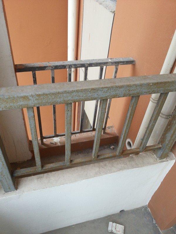 所有的栏杆要拆掉,北面的墙砌半墙,做个窗户图片