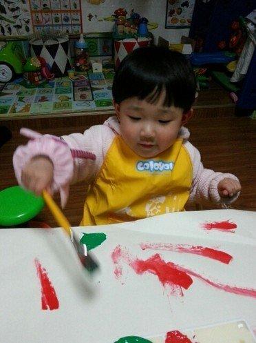 小孩画画画衣服上