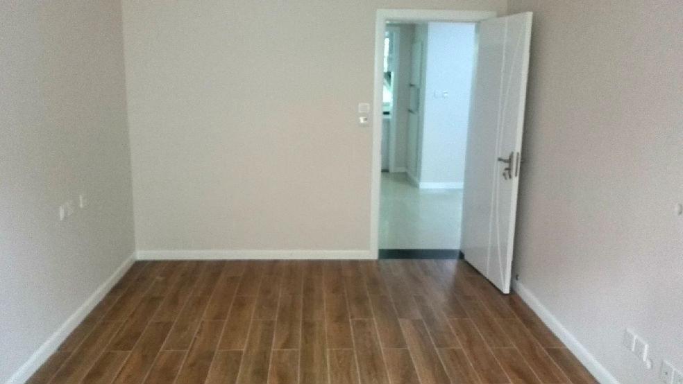 后来逛地砖时,看到了一款仿地板的通体砖,比较喜欢,价格比纯实木地板