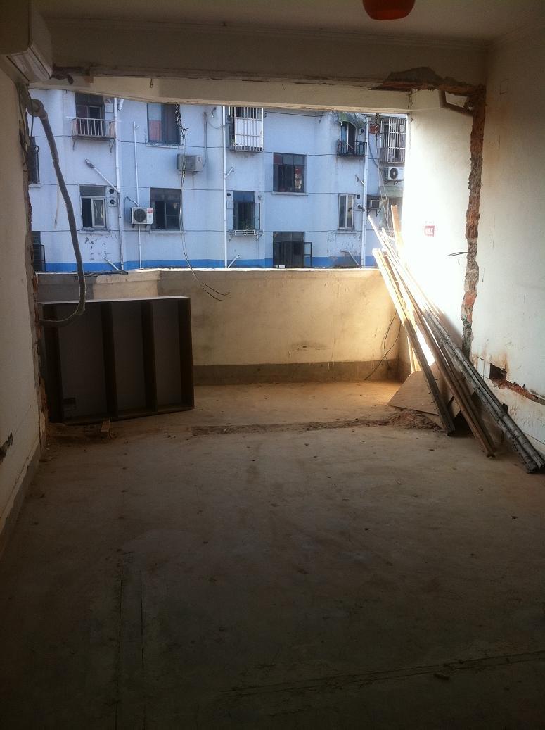 朝南房间的窗户和阳台门框也拆掉了