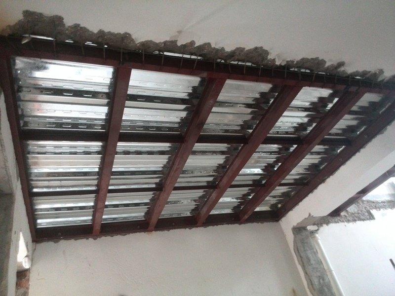 高小欧/余下的一边把原先的楼板留出的8号钢筋全部焊在槽钢上提供水平...