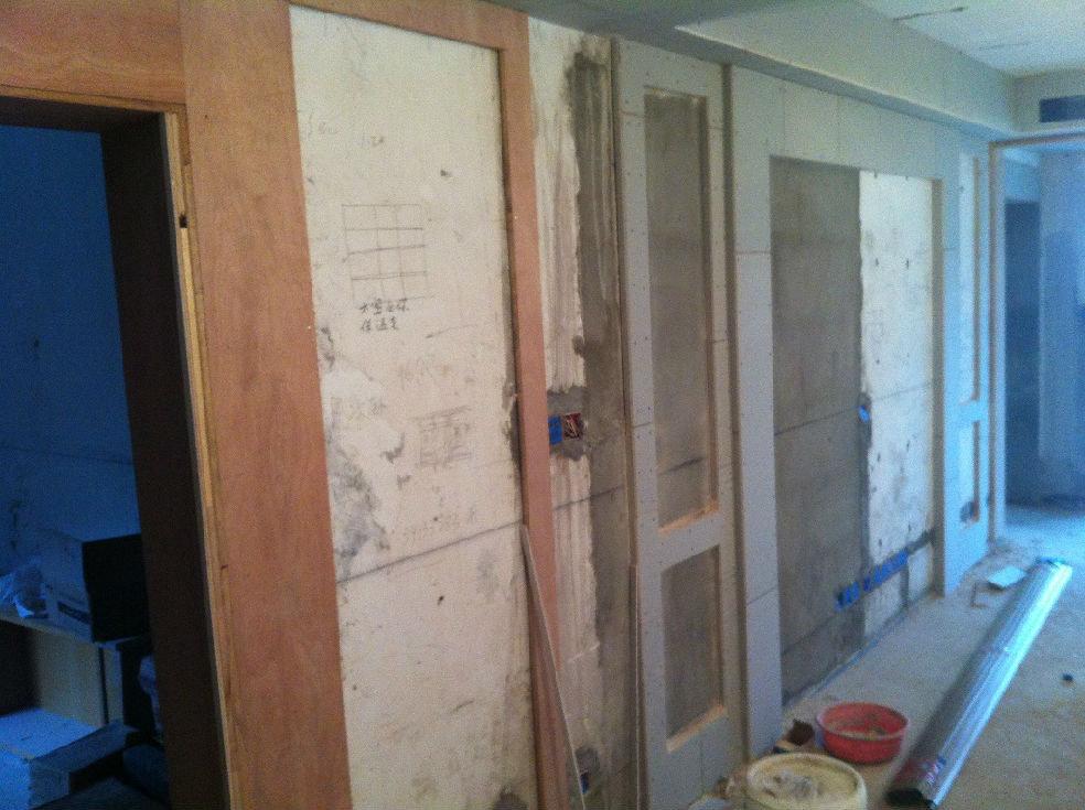 中间留空的区域全部贴墙纸,或者再加些石膏线(或木线条)造型.图片