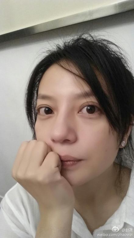赵薇自晒素颜生活照,自称女神经气质,唉呦.