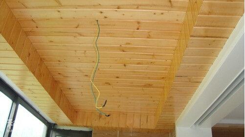 网上找了一张阳台松木吊顶效果图.
