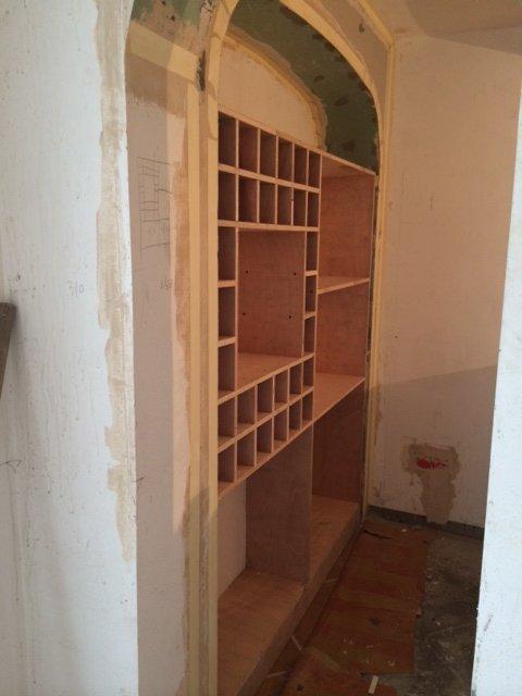 木工師傅現場做的 地下室酒柜