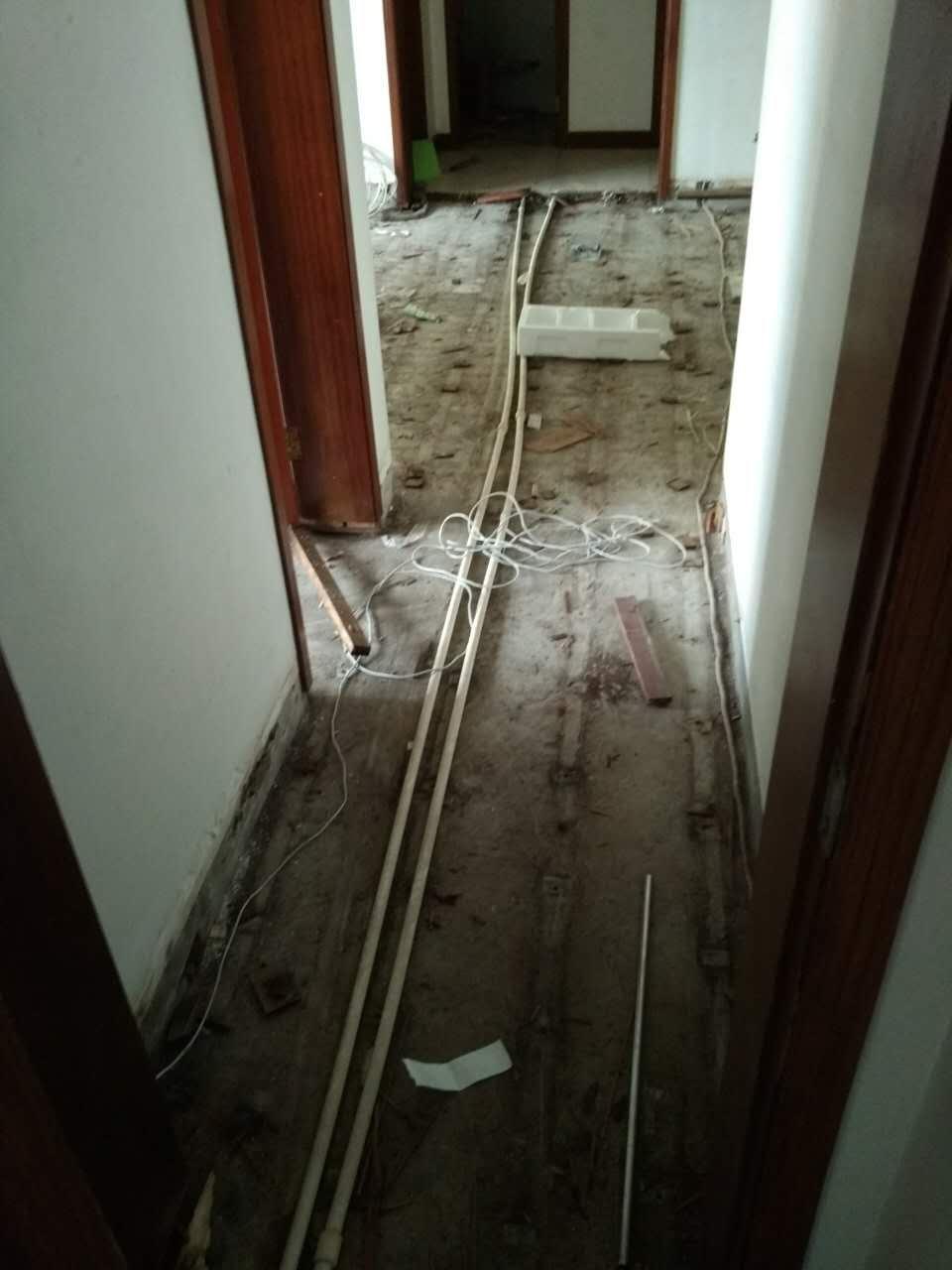 拆完地板和龙骨后的地面.jpg